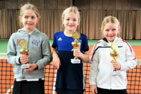 Mia Waldschmidt (links) erreichte den dritten Platz der Hauptrunde (Foto: https://www.tvn-bezirk3.de/aktuelles/tennisbezirk-duesseldorf-grosses-tennis-auf-kleinen-plaetzen/)