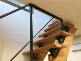 玄関空間の階段吹き抜けにスチール製のフラットバー手摺