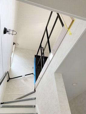 思いっきりシンプルな階段吹抜けスチール手摺