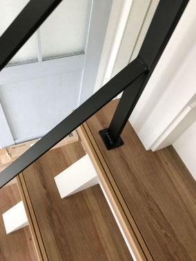 【フラットバー手摺】木製ストリップ階段にアイアン手スリ