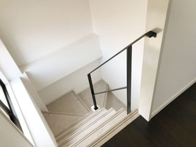 1階〜2階、2階〜3階の回り階段。3Fは単体のシンプルなアイアン手すり