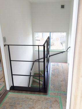 廻り階段を囲むスチール転落防止フェンス