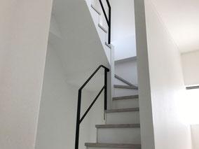 1F〜2F、2F〜3Fの周り階段。特殊な形の吹き抜けアイアン手すり