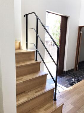回り階段〜2F吹き抜け迄一式、アイアンのフラットバー手すりフェンス