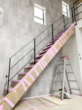 14段のまっすぐ直階段に14段のアイアン手摺!
