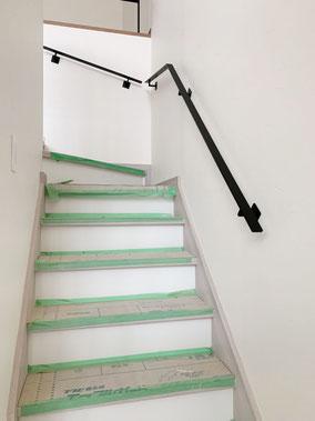 壁付けのスチール手すりも、転落防止などと合わせた同じフラットバーを使用