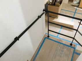 4段と踊り場から廻り階段で壁付けフラットバー手摺りが続きます