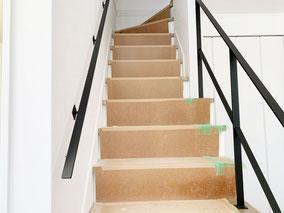 階段の開口にフラットバー手すり、反対壁付けにフラットバー手すり