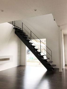 カッコいい空間には必要なリビング階段とアイアン手すり!