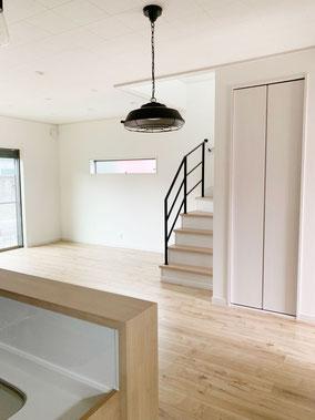 ナチュラルな空間にインダストリアルな家具、アンバランスさが心地よい!
