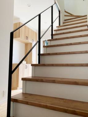 スチール手摺を天井へ取り付ける事で、階段の有効幅が広がり無駄がありません。