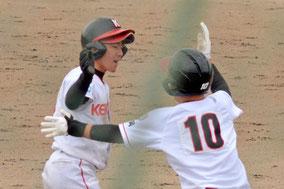 決勝の6回、右中間ランニング本塁打を放った石橋(左)