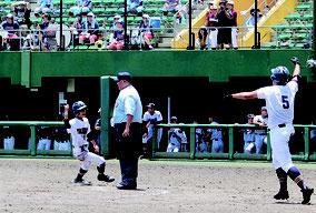 八重高は川満の決勝打で新城(一)が生還しサヨナラ勝ちした=2日、コザしんきんスタジアム