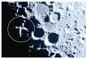 月に現れた月面「X」=5日夜、石垣市内(提供写真)