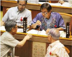 県議会一般質問で、県職員と答弁を調整する翁長知事(左下)=2日
