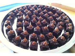Burbon-Brownie Petit Fours mit Heidelbeeren