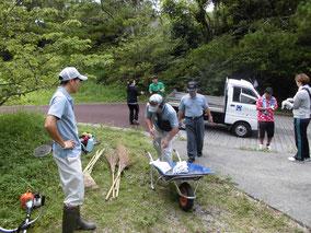 竹ぼうきや熊手、草刈り機を手に清掃スタート