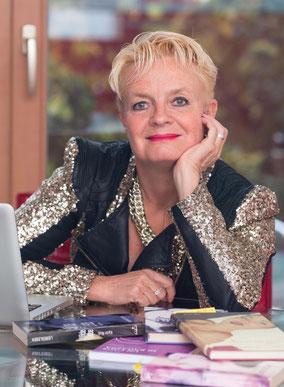Blonde kurzhaarige Frau mit Halskette und hellgrünem Top