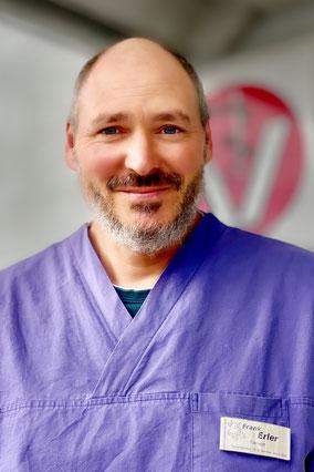 Frank Erler mit Katze auf dem Arm