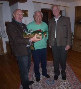 Zum 80. Geburtstag unseres ehem. Vorstands Anton Hartl überraschten Edmund Schimeta und Hans Staudacher den Jubilar mit einem Geschenkkorb