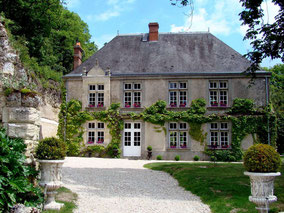 B-and-B-manor-house-Amboise-Vouvray-Loire-Valley-holiday-rental-bedroom-dug-in-the-limestone-rock