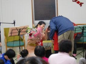 終了後、幼い少年からの「花束贈呈」・・・