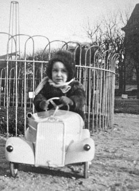 L'auteur en voiture à pédales au jardin des plantes vers 1950