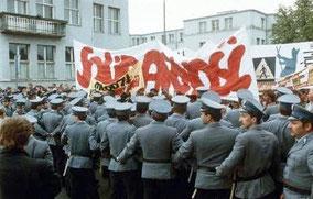 Manifestation Solidarnosc et policiers en nombre