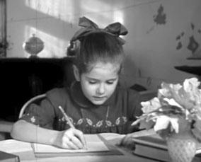 Minou Drouet en train d'écrire