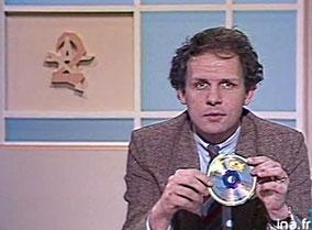 Patrick Poivre d'Arvor présentant un disque compact