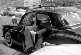 Taxi Frégate avec pneux flancs blancs et porte-bagages - au premier plan, une figure de proue