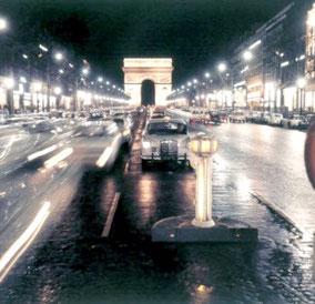 Taxis stationnant au milieu de l'avenue des Champs Elysées