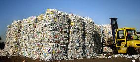 Montagnes d'emballages usagés traitées avec un chariot-élévateur