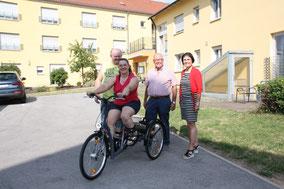 Foto: (G. Faltus): Stolz präsentiert Manuela Lehner ihr neues Gefährt. (von links: Martin Lehner, Manuela Lehner, Helmut Rauscher, Vera Finn)