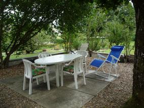 terrasse ombragée et salon de jardin