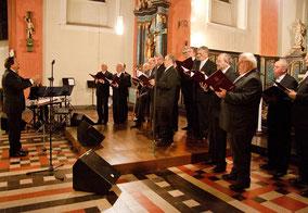 """Der Männergesangverein """"Liedertafel"""" Holzweiler hatte in diesem Jahr Gastchöre und Gäste nach Kückhoven zum vorweihnachtlichen Konzert eingeladen.         FOTO: Ruth Klapproth"""
