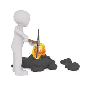 In diesem Bild ist eine fiktive Person zu sehen, die mit einer Spitzhacke auf Steinen hämmert, Es soll das Schürfen von Bitcoin dargestellt werden, da zwischen den Steinen ein Bitcoin auftaucht.