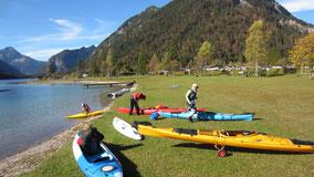 Boote entladen, auch ein 2er (weißblau) steht zum Test bereit