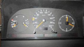Standard Kombiinstrument mit Tacho, Uhr, Tank- und Kühlwasseranzeige - aber kein Drehzahlmesser