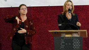 Zweite Bürgermeisterin Doris Baumgartl begrüßte zunächst in Gebärdensprache, dann wurde ihre Rede beim Bezirksfest der Hörgeschädigten von einer Gebärdendolmetscherin übersetzt.