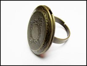 Bronzefarbener Medaillonring zum Einlasssen von zwei Fotos. Verstellbar in der Ringgröße, verschließbar.