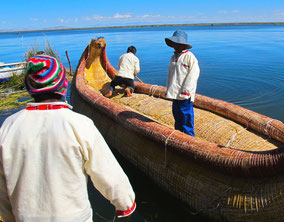 die Kinder helfen beim Boot klarmachen....