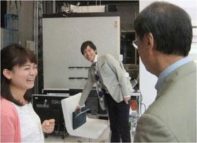 ※生放送を終えてほっとひと息。三好正人アナ(中央)、松尾衣里子レポーター(左)と談笑する原田。