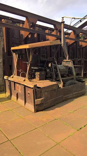 """Der """"Koks-Ferrari"""" ! Mit diesem Eisen-Monster-Truck wurde der noch heiße Koks auf den Eisenplatten zu den Förderbändern geschoben. Wahrlich ein """"Heißer Schlitten""""!"""