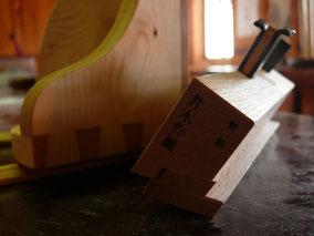 Im Bild zu sehen: japanischer Gratnut-Hobel. Das traditionelle Handwerk begeistert mich mehr, wie die Arbeit mit elektrischen Maschinen.