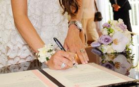 Bracelet de fleurs et bouquet de mariée