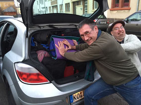 Bodo und Andreas beladen das Auto