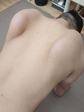「立甲」とは、簡単に言うと写真の様に肩甲骨を立てる動作