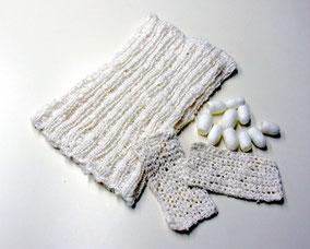 キビソ(3000デニール)を精錬した糸で、棒針や鈎針編みをしました。太さが一定ではなく、とてつもなく太いところもあるので、手編み糸としては扱いにくくもありますが、編み上がりは気持ちの良い肌触りです。撚られていないので、こすれにはかなり毛羽立ちます。