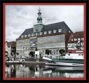 Emden hat auch ein nettes Rathaus - und einen Hafen
